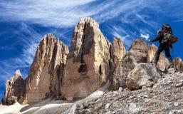 Drei Zinnen或Tre Cime与远足者的di Lavaredo 免版税库存照片