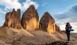 Drei Zinnen或Tre Cime与远足者的di Lavaredo 免版税库存图片