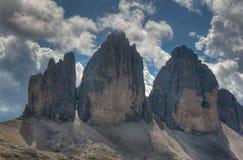 Drei Zinnen i en molnig dag av sommar, Dolomites, fjällängar, Italien Arkivfoton
