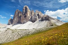 Drei Zinnen o Tre Cime di Lavaredo con la nube hermosa Fotografía de archivo libre de regalías