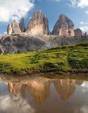 Drei Zinnen oder Tre Cime di Lavaredo, der im See widerspiegelt Stockbild