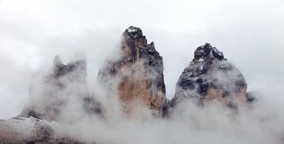 Drei Zinnen oder Tre Cime di Lavaredo mit Nebel Stockbild