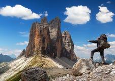 Drei Zinnen oder Tre Cime di Lavaredo mit Wanderer Stockfotos