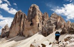 Drei Zinnen oder Tre Cime di Lavaredo mit Wanderer Stockbilder