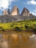 Drei Zinnen ou Tre Cime di Lavaredo que espelha no lago Fotografia de Stock Royalty Free