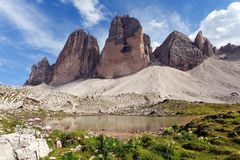 Drei Zinnen of Tre Cime di Lavaredo met klein meer Stock Foto