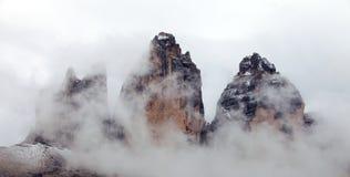 Drei Zinnen of Tre Cime di Lavaredo met mist Stock Afbeelding