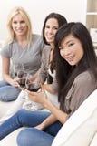 Drei zwischen verschiedenen Rassen Frauen-Freunde, die Wein trinken Stockbilder