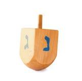 Dreidel de madera (top de giro) para el día de fiesta judío de Jánuca aislado en blanco