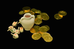 Dreidel (parte superior de giro), gelts (moedas dos doces) imagens de stock