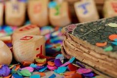 Dreidels для Хануки на деревянном столе Стоковое фото RF