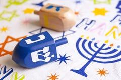 Dreidels de Hanoucca dans une table image libre de droits
