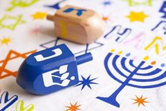 Dreidels di Chanukah in una tavola immagine stock libera da diritti