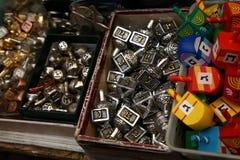 Dreidels di legno e del metallo di Chanukah fotografie stock libere da diritti