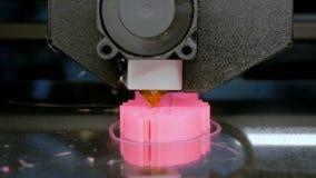 Dreidimensionaler Drucker 3D, der Plastikmodell des rosa Fischskeletts druckt stock video footage