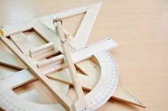 Dreieck und Winkelmesser Stockbild