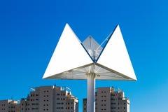 Dreieckanschlagtafel oder Werbungsplakat mit Hintergrund der Stadt und des blauen Himmels stockbilder