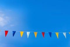 Dreieckflaggen auf blauem Himmel Stockbild