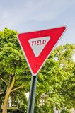 Dreieckig unterzeichnen Sie herein Rot und weiße Durchschnitte erbringen lizenzfreie stockfotografie