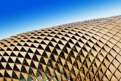 Dreieckige Farbtöne auf Dach Stockfotografie