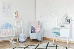 Dreieckige Formen gemalt auf Wand Stockbild