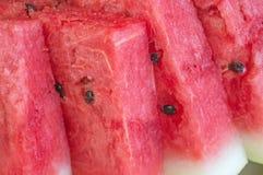 Dreieckige Stücke der roten reifen Wassermelone auf einer Platte Abschluss oben Hintergrund lizenzfreie stockfotos