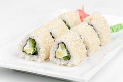 Dreieckige Sushirolle mit Fischen, Gurke und Stockfoto