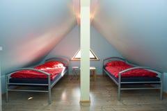 Dreieckiger Raum mit Betten Stockbild