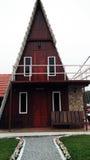 Dreieckiges Brown-Haus Stockfoto