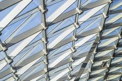 Dreieckiges Muster des transparenten Glases eines modernen Dachs Strahlen der Abendsonne stockbilder