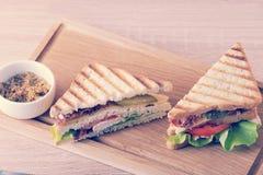 Dreieckiges Sandwich zwei mit Speck und Hühnerbrust und Weiß Stockfotografie