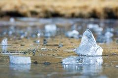 Dreieckiges Stück Eis in einem gefrorenen See in Gredos mit bokeh Effekt lizenzfreie stockfotografie