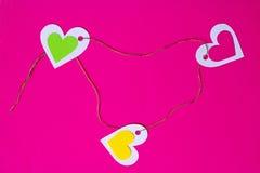 Dreiecksverhältnis - drei bunte Herzen schlossen bunten Thread in einem Dreieck an Lizenzfreie Stockfotografie