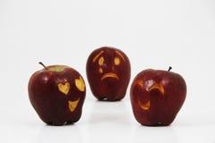 Dreiecksverhältnis eines defekten Herzens des Apfels von zwei Äpfeln lieben sich Stockfotos