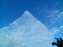 Dreieckwolke am sonnigen Tag Stockfotografie