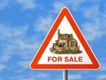 Dreieckzeichen mit Haus (für Verkauf) Lizenzfreies Stockfoto