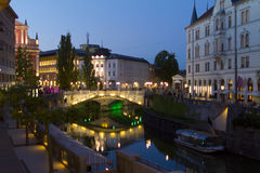 Dreifache Brücke Ljubljana bis zum Nacht Lizenzfreies Stockbild
