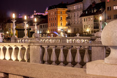 Dreifache Brücke in Ljubljana nachts Lizenzfreie Stockfotos