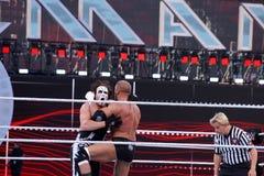 Dreifache h-Knie Sting wie sie Festlegung im Ring während des Matches Lizenzfreie Stockfotos