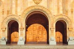 Dreifache Kirche gewölbte Holztür Geärgerte Bögen Vorzügliches Schnitzen Kathedrale Tsminda Sameba der Heiligen Dreifaltigkeit in Stockbilder