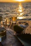 Dreifache Schüsse von Tequila durch das Meer Lizenzfreie Stockfotos