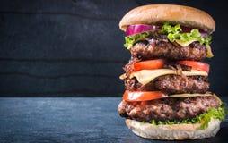 Dreifacher amerikanischer Burger Lizenzfreie Stockfotos