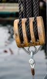 Dreifacher Block auf einem alten Segelboot Lizenzfreie Stockfotos