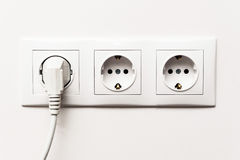 Dreifacher elektrischer Sockel mit verstopftem Kabel Lizenzfreie Stockfotografie