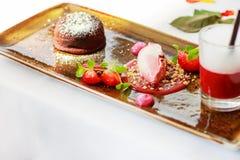 Dreifacher Nachtisch mit Schokolade und Erdbeere auf Hochzeitstafelse Lizenzfreies Stockbild
