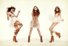 Dreifaches Bild des Mode-Modells in den verschiedenen Haltungen lizenzfreie stockbilder
