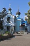 Dreifaltigkeitskirche im Regelungserholungsort von Adler, Sochi Lizenzfreie Stockfotos