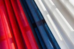 Dreifarbiges Drapierung mit Rot, Blau und Weiß Stockfotografie