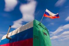 Dreifarbiges vagon mit russischer Flagge Lizenzfreies Stockbild
