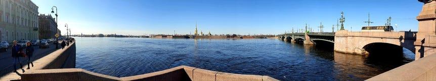 Dreiheit Brücke und Niva im Sonnenschein St Petersburg lizenzfreie stockfotografie